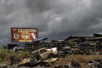 Voiture incendiée dans la province majoritairement anglophone de Buea, Cameroun, le 3 octobre. Photo Marco Longari. AFP