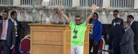 Le premier ministre éthiopien Abiy Ahmed (t-shirt vert) salue la foule lors d'une réunion de soutien en juin 2018. © AP / Mulugeta Ayene