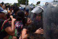 El 19 de octubre de 2018, policías mexicanos le cerraron el paso a cientos de migrantes que querían cruzar la frontera entre México y Guatemala. Credit Edwin Bercian/Epa-Efe, vía Rex