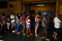 Brasileños en fila para votar en la primera ronda de la elección presidencial, el 7 de octubre CreditPilar Olivares/Reuters