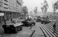Un día después de la masacre del 2 de octubre de 1968, tanques del ejército mexicano recorren la plaza de las Tres Culturas en Ciudad de México. Credit Associated Press