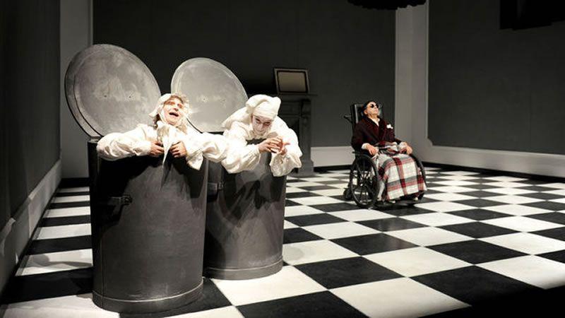 Escena de 'Final de Partida' durante una representación de la obra en Buenos Aires.