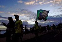Seguidores de Jair Bolsonaro celebran en las calles de Río de Janeiro la victoria electoral de su candidato en la segunda vuelta presidencial el 28 de octubre de 2018. Credit Carl de Souza/Agence France-Presse — Getty Images