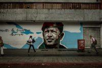Un mural del fallecido presidente Hugo Chávez en una calle del centro de Caracas Credit Meridith Kohut para The New York Times