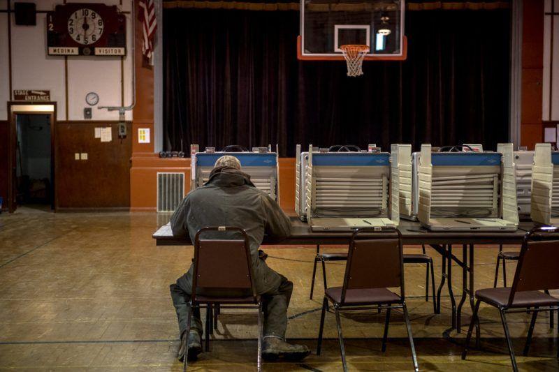 Una persona votando en Medina, Dakota del Norte. Credit Hilary Swift para The New York Times
