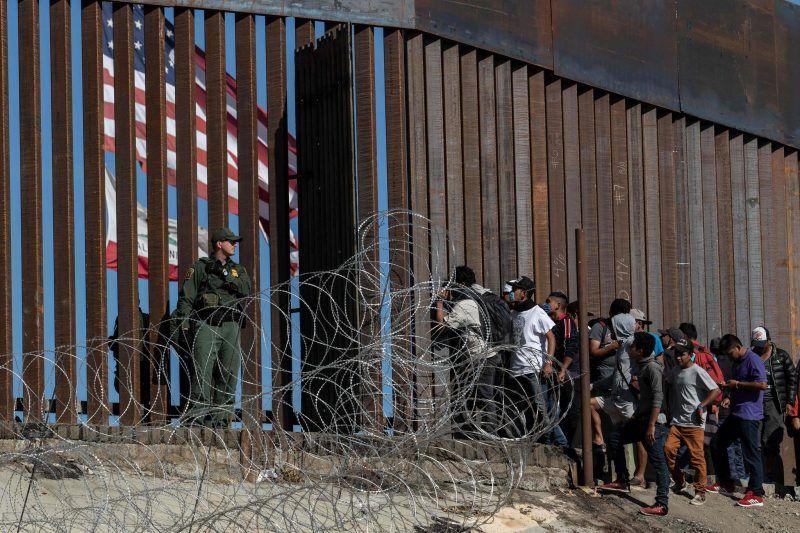Migrantes centroamericanos en la valla fronteriza en Tijuana, México, el 25 de noviembre Credit Guillermo Arias/Agence France-Presse — Getty Images