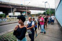 Brasileños haciendo fila para emitir su voto para presidente en octubre Credit Daniel Ramalho/Agence France-Presse — Getty Images