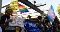 Manifestantes pro y contra la inmigración el la ciudad californiana de Los Alamitos. EFE