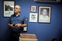 El periodista Carlos Fernando Chamorro, director de Confidencial, habló con la prensa el 14 de diciembre, después de que las oficinas del diario fueran allanadas por la policía de Nicaragua. Credit Oswaldo Rivas/Reuters