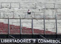 El 25 de noviembre de 2018, un hincha de River Plate permaneció en el estadio Monumental después de que se anunció que la final de la Copa Libertadores se pospondría hasta nuevo aviso. Credit Alejandro Pagni/Agence France-Presse — Getty Images