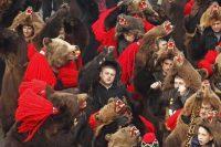 Danse de l'ours à Comanesti, fin décembre 2013. La cérémonie porte chance pour l'année à venir. Photo Bogdan Cristel. Reuters
