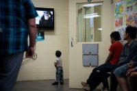 Menores esperan en una sala de procesamiento en las instalaciones de Aduanas y Protección Fronteriza de Estados Unidos durante una visita de Melania Trump, la primera dama de Estados Unidos, en junio. Credit Doug Mills/The New York Times