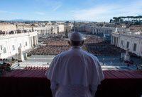 El papa Francisco pronunció su tradicional mensaje navideño en la Plaza de San Pedro, el 25 de diciembre de 2018. CreditOficina de prensa del Vaticano/EPA vía Shutterstock