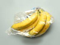 Bananas envueltas en plástico, preparadas para su venta en supermercados alrededor del mundo Credit Lisi Niesner/Reuters