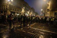 A Bordeaux, des gilets jaunes dansent devant les CRS non loin de la place Pey Berland. Photo Thibaud Moritz pour Libération