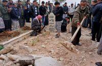 Photo prise le 23 novembre 2018 montrant les funérailles à Kafranbel (nord-ouest de la Syrie) de Raed Fares et Hammoud al-Jneid, deux figures du soulèvement contre le régime syrien en 2011, également critiques des groupes jihadistes, tués dans ce même village Photo Muhammad HAJ KADOUR. AFP