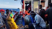 Los 12 migrantes rescatados en alta mar, en aguas internacionales, el pasado día 22, por el pesquero Nuestra Madre Loreto, con base en Santa Pola (Alicante). Lorenzo D´Agostino