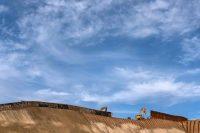 Un equipo trabaja para reemplazar la antigua valla a lo largo de una sección de la frontera entre Estados Unidos y México, tal como se ve desde Tijuana, este martes 8 de enero. Credit Guillermo Arias/Agence France-Presse — Getty Images