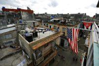 Banderas de Estados Unidos y de Cuba cuelgan de un balcón en La Habana. Credit Iván Alvarado/Reuters