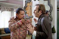 """Raymond Cruz, en el papel de un narcotraficante, amenaza a Bob Odenkirk en la serie """"Better Call Saul"""", derivada de """"Breaking Bad"""" CreditAMC vía Photofest"""