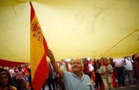 Un hombre ondea la bandera española durante la marcha por el Día de la Hispanidad, el 12 de octubre de 2018. CreditManu Fernández/Associated Press