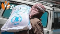 A man carries aid from WFP's monthly food distribution on 9 May 2018, in Al Misrakh Distric, Taiz Governorate. WFP/Ahmed Basha