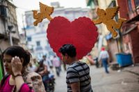 Un hombre en Calcuta, en la India, lleva un arreglo de San Valentín en febrero de 2018. Credit Piyal Adhikary/European Pressphoto Agency
