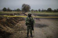 Un militar vigila la zona afectada por la explosión de un oleoducto en el municipio de Tlahuelilpan, en el estado mexicano de Hidalgo. CreditHéctor Vivas/Getty Images