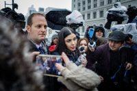 Emma Coronel, la esposa de Joaquín Guzmán Loera, a la salida de la corte después de que se dio a conocer el veredicto. Credit Stephen Speranza para The New York Times
