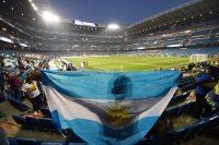 Un hincha sostiene una bandera de Argentina durante la final de la Copa Libertadores 2018, en el estadio Santiago Bernabéu en Madrid, España. CreditDenis Doyle/Getty Images