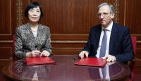 Deputy Governor of the People's Bank of China Hu Xiaolian and Deputy Governor of the Bank of England John Cunliffe sign a memorandum of understanding on Renminbi clearing and settlement in London in 2014. Photo: Getty Images.