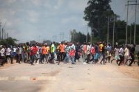 Zimbabweans protest over fuel price increases, Harare, Zimbabwe – Jan 14. 2019. (Photo by AARON UFUMELI/EPA-EFE/REX (10056289t)