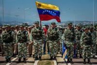 Soldados venezolanos y miembros de las fuerzas armadas se mantuvieron firmes en el puente Las Tienditas, en la frontera entre Venezuela y Colombia, el 12 de febrero de 2019. Credit Meridith Kohut para The New York Times