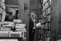 Un grupo de personas recorre los anaqueles de una librería en 1969. Credit Jack Manning/The New York Times