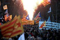 """Un grupo de personas se reunió en febrero en Barcelona para protestar por el juicio al """"procés"""" catalán. Credit Marta Pérez/EPA vía Shutterstock"""