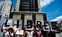 El martes 12 de marzo, un grupo de manifestantes se reunió frente a la fiscalía de Caracas para pedir que liberen al periodista Luis Carlos Díaz. Credit Ronaldo Schemidt/Agence France-Presse — Getty Images