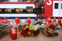 Durante el primer aniversario del 11M, algunas personas dejaron flores y veladoras en la estación de Atocha para honrar a las víctimas del ataque terrorista del 11 de marzo de 2004. Credit Susana Vera/Reuters