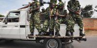 Des militaires patrouillent près d'un bureau de vote lors du référendum du 17 mai 2018, à Bujumbura, au Burundi. STR / AFP