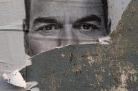 Un cartel desgarrado de la campaña electoral del actual presidente del Gobierno de España, Pedro Sánchez, el 22 de abril de 2019. Credit Pablo Blázquez Domínguez/Getty Images
