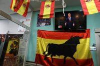 La intervención de Pedro Sánchez durante el debate presidencial del 22 de abril es transmitida en vivo en un local que despliega banderas de España. Credit Susana Vera/Reuters