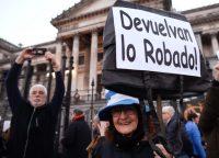 En agosto de 2018 se organizó una protesta frente al Congreso de Argentina, en Buenos Aires, contra la corrupción. Credit Gustavo Garello/Associated Press