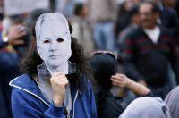 En una marcha del 16 de abril, en Quito, algunos protestantes llevaron máscaras con el rostro de Julian Assange, fundador de WikiLeaks. Credit Dolores Ochoa/Associated Press