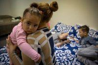 Sindy Flores con su hija Grethshell, de 18 meses, en una vivienda temporal en California. Credit Peter DaSilva para The New York Times
