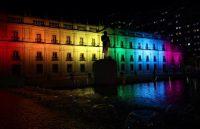 La Moneda, el palacio presidencial de Chile, fue iluminado con los colores de la bandera LGBTQI el 17 de mayo de 2019. Credit Reuters