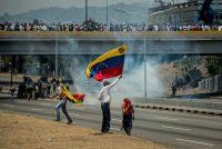 Algunos manifestantes en contra del gobierno de Venezuela se enfrentaron en mayo con las fuerzas de seguridad del régimen de Nicolás Maduro en Caracas. Credit Meridith Kohut para The New York Times