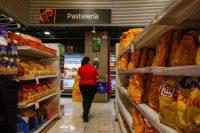 Una mujer recorre los pasillos de un supermercado en Santiago, Chile. Víctor Ruiz Caballero para The New York Times