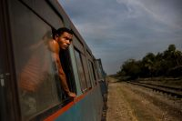 Un pasajero del ferrocarril de Cuba mira el paisaje en el trayecto de Ciego de Ávila a Santa Clara, en marzo de 2015. créditoRamón Espinosa/Associated Press