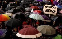 Estudiantes protestando en contra de los recortes al gasto federal en educación superior, en Curitiba, Brasil Credit Rodolfo Buhrer/Reuters
