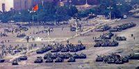 Des chars chinois, à Pékin, le 5 juin 1989, au lendemain du massacre de la place Tiananmen. Jeff Widener / AP