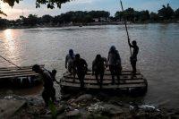 Algunas personas usan cruzan de Guatemala a México sin autorización por el río Suchiate. Credit Quetzalli Blanco/Agence France-Presse — Getty Images